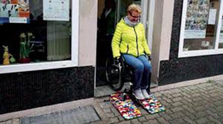 جدة تصنع ممرات مائلة من قطع الليجو لمساعدة ذوي الإعاقة