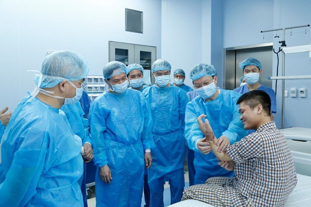 إجراء أول عملية زرع يد في العالم من متبرع حي