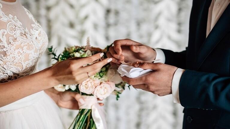شاب يتحدى الإصابة بكو ر ونا والعزل ويقيم حفل زفافه في مرآب للسيارات