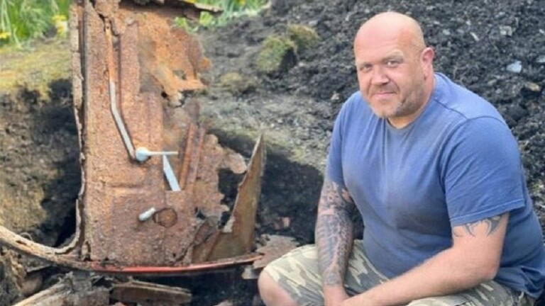مصائب كو ر ونا.. فوائد عند بريطاني عثر على سيارة مدفونة في حديقة منزله