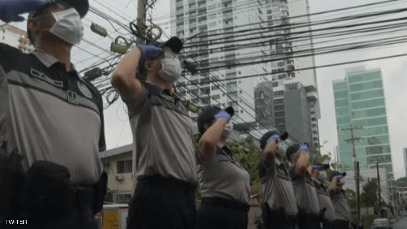 شرطة بنما تغني للمواطنين في الحجر