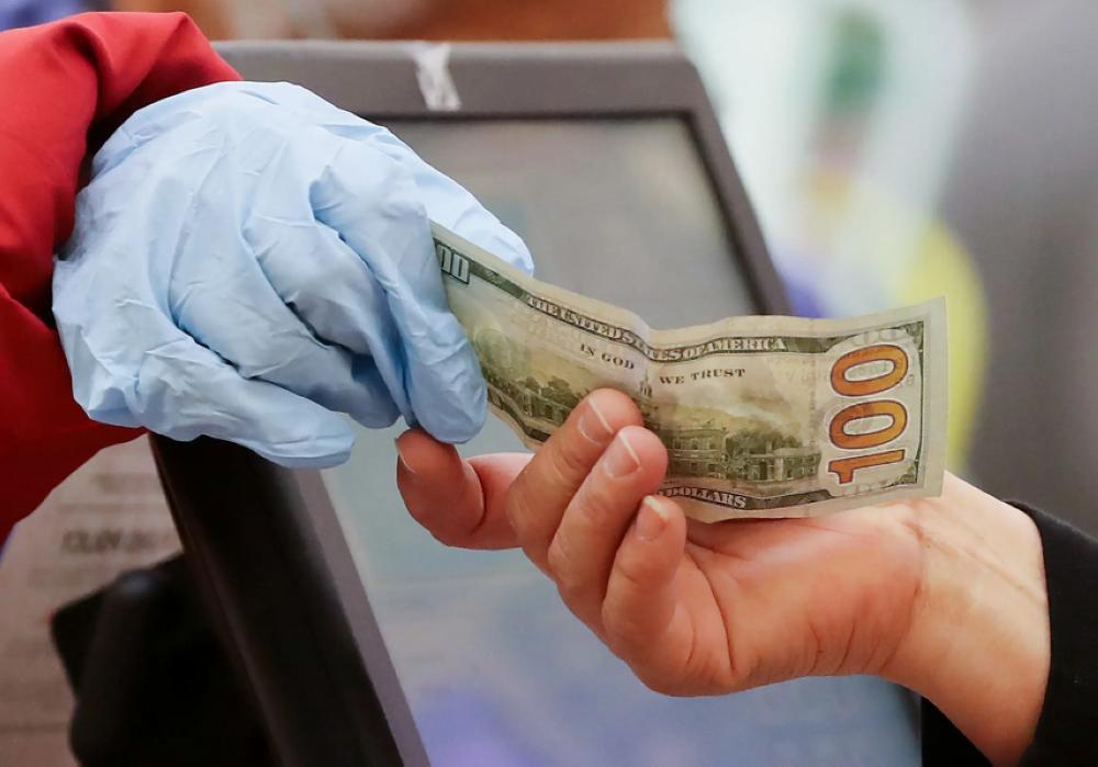 عالم أحياء روسي يكشف عن دور النقود في نقل عدوى كو ر ونا
