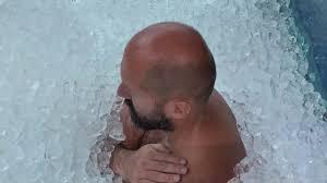 نمساوي يدخل موسوعة غينيس بفترة الوقوف في صندوق مملوء بالثلج