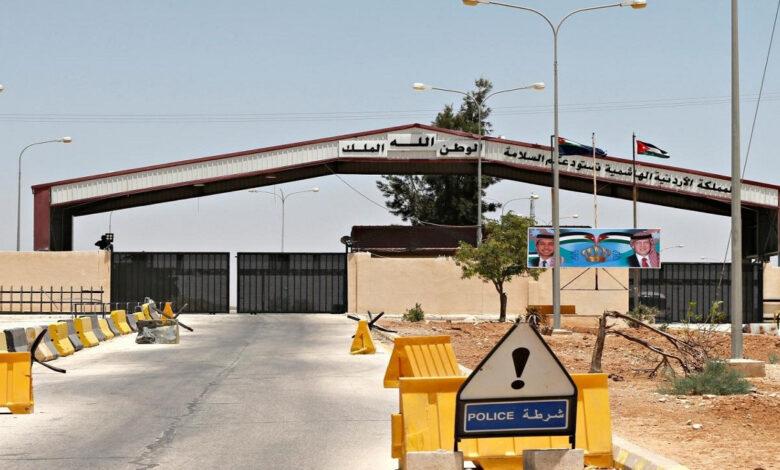 240 شاحنة عالقة.. ماذا يجري في منفذ جابر الأردني الحدودي مع سورية؟