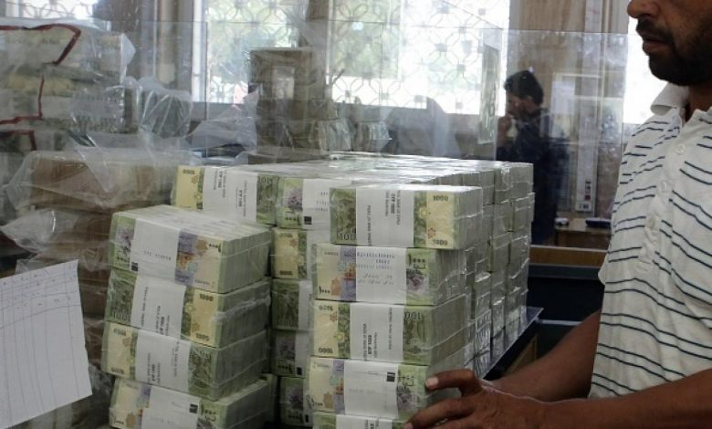 أكاديمي: رفع السعر الرسمي للحوالات زاد التضخم وأضر الخزينة