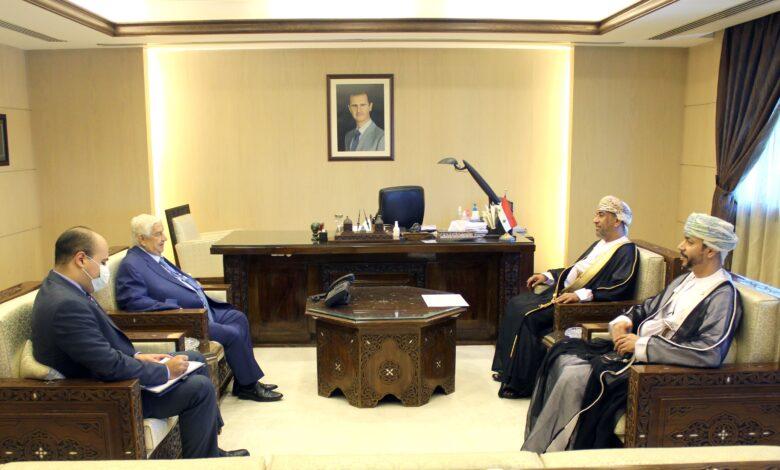الوزير المعلم يتسلم نسخة من اوراق اعتماد سفير عمان الجديد