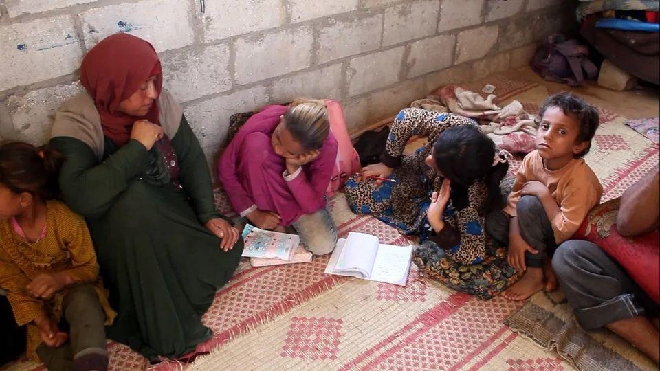 أطفالها يتواصلون بالرسم.. عائلة كاملة من ذوي الاحتياجات الخاصة مهددة بالتشرد بسبب 15 ألف ليرة