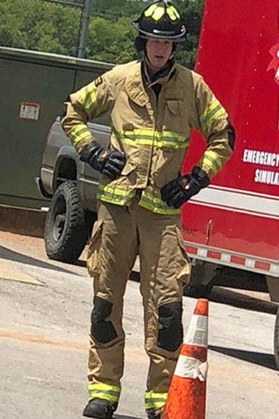 أطول رجل إطفاء بالعالم … يدخل موسوعة غينيس