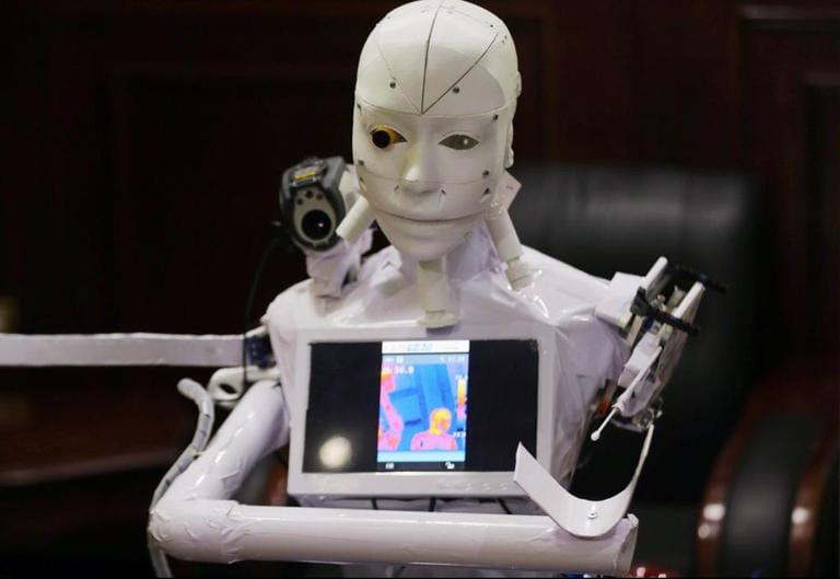 """تصميم """"روبوت"""" يطارد """"كو**رونا"""""""