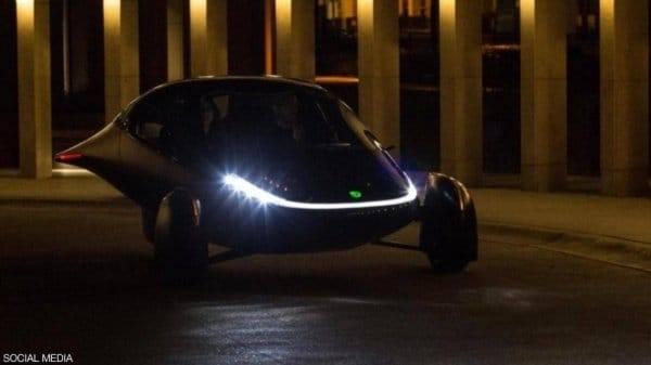 """تسير لمسافة ألف ميل دون أي تكلفة.. سيارة """"خارقة"""" على الطاقة الشمسية"""