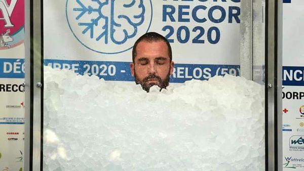 شاب يحطم الرقم القياسي العالمي لأطول فترة تغميس للجسم بالثلج