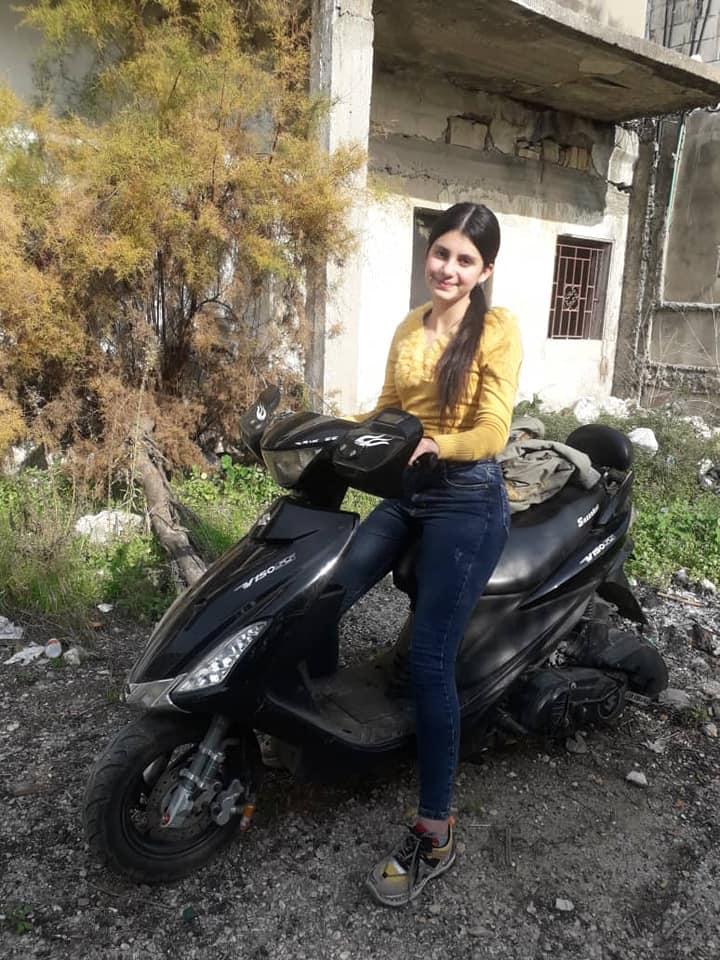 صبا.. جميلة في الـ 14 من عمرها تقود دراجتها النارية وتقارع الحياة