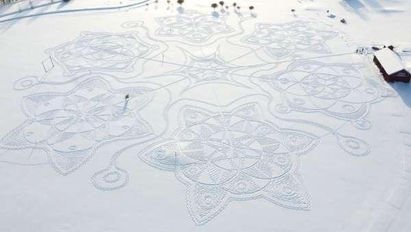بواسطة خطاه.. فنان فنلندي يرسم لوحة قطرها 160 متراً في الثلج