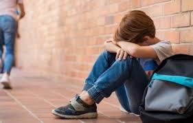 """بعد تعرضه للتنمر من معلمته بسبب """"علبة هندسة"""".. تلميذ يطالب برد اعتباره، والتربية تتحرك ببطء"""