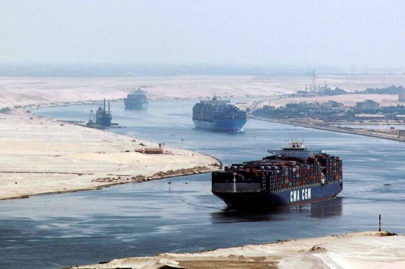 بينها ناقلة نفط وجهتها سورية ..السفن العالقة تباشر حركتها في قناة السويس