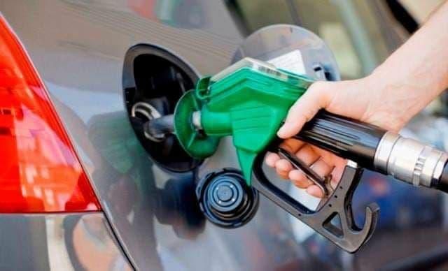 بإمكان أي مواطن تحويل سيارته البيك أب إلى سيارة نقل عامة للحصول على كمية أكبر من البنزين.