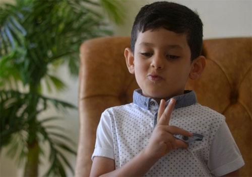 أصغر معلم للغة الإشارة .. هذا عمره!!