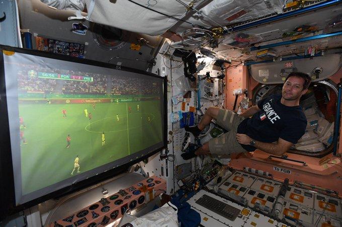 رائد الفضاء الفرنسي باسكي يتابع مباراة بلاده ضد البرتغال من المحطة الدولية