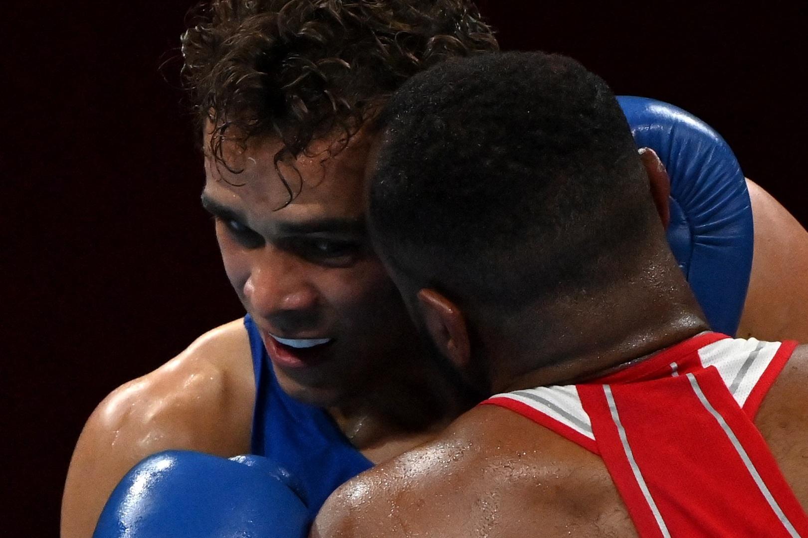 """على طريقة تايسون.. ملاكم  """"يعض"""" منافسه في أولمبياد طوكيو"""
