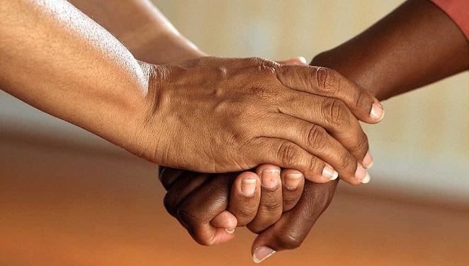 هل مفتاح السعادة هو الأصدقاء أم العائلة؟ الإجابة قد تدهشك حقًا