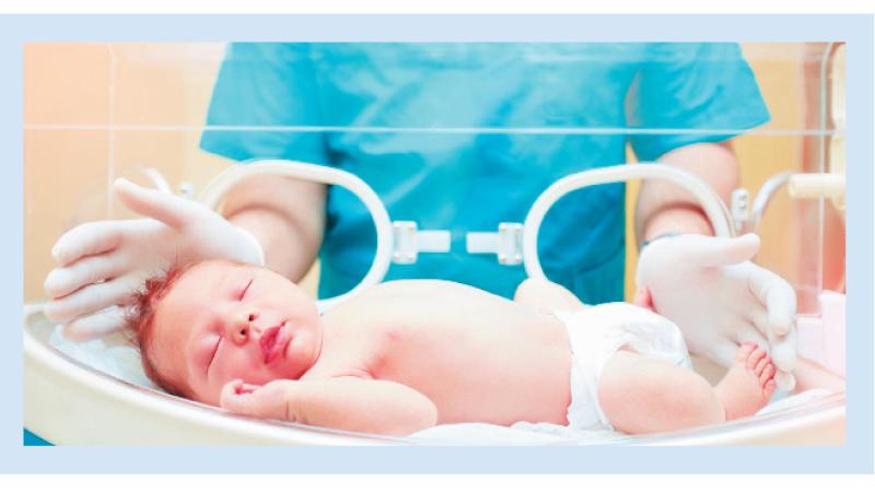 طبيبة تلقي طفلاً حديث الولادة من نافذة المستشفى !