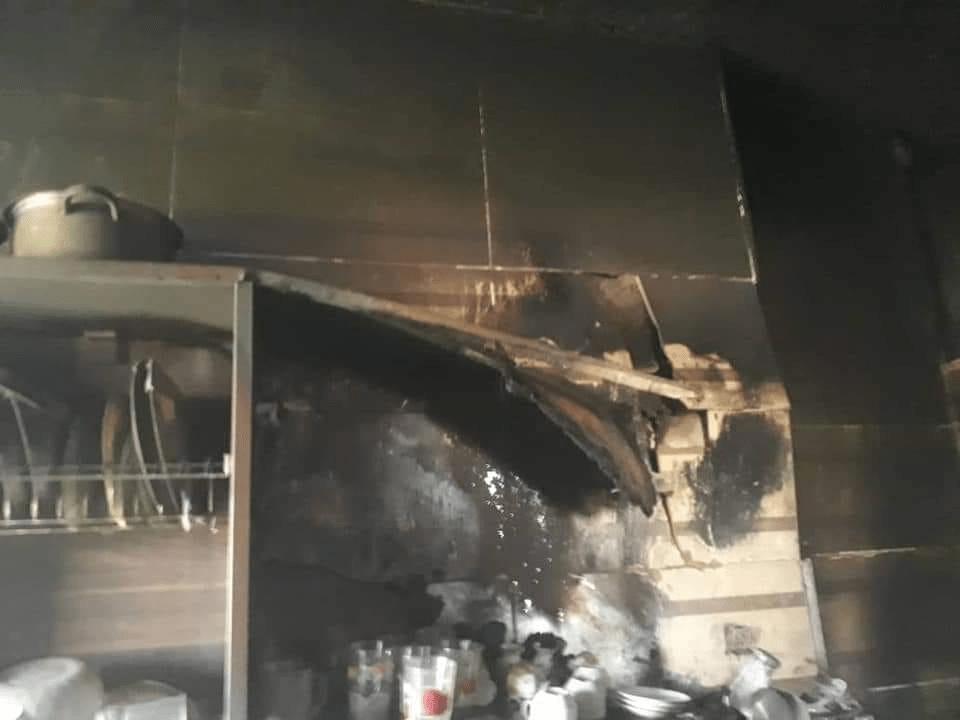 شاب يحرق منزل ويهدد بتفجير نفسه ليمنع عناصر الإطفاء من الدخول