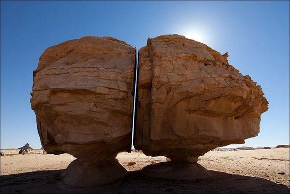 صخرة ضخمة في السعودية مقطوعة بمثالية إلى قسمين تحدث ضجة على الإنترنت .. فما حقيقتها؟